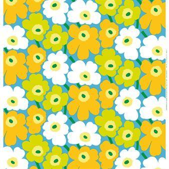 Härligt glada, blommiga Pieni Unikko med små blommor på ljusblå botten är ett klassiskt tyg från Marimekko och passar utmärkt som gardin eller duk.