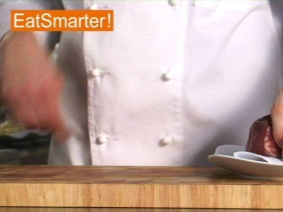 Sie wollen ein leckeres Gulasch zubereiten? EAT SMARTER zeigt Ihnen, wie Sie mühelos Rindfleisch in Würfel schneiden. Jetzt Video ansehen!