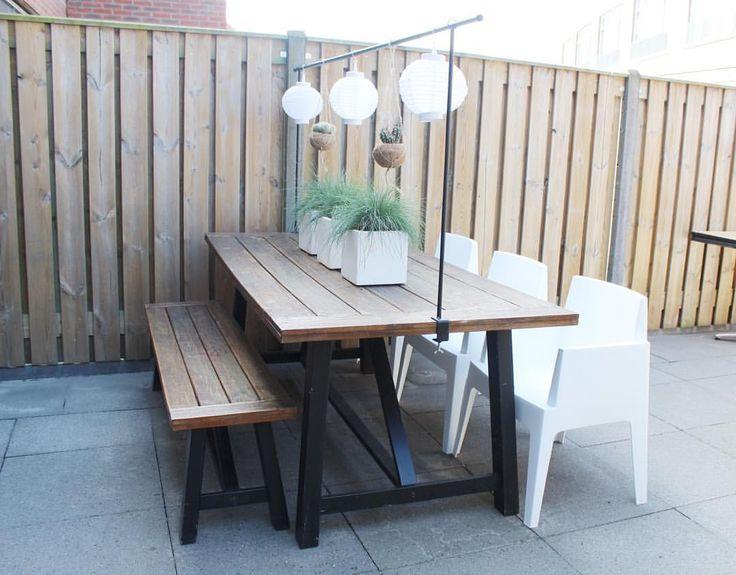 Nieuwe tuinset, nieuwe tuinstoelen, nieuwe potten en plantjes.. En vandaag deze gave tafelklem bevestigd! ❤️ Zo gezellig met de lampionnetjes en kokodama's! Let the summer begin!!!