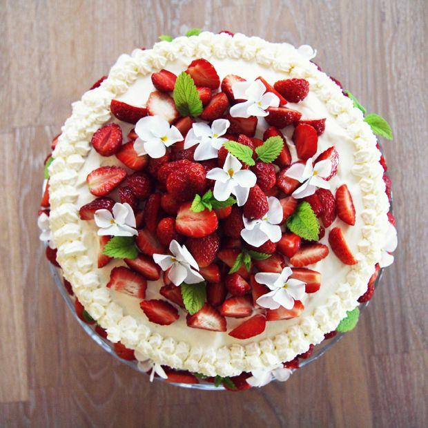 strawberry girl: gateau with strawberries