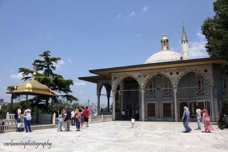 Não há melhor símbolo do império otomano e da sua capital Constantinopla (Istambul), conquistada em 29 de Maio de 1453, no reinado do sultão Mehmet II, do que o palácio Topkapi, localizado ao lado da igreja de Aya Sophia (convertida em mesquita), cuja construção se prolongou durante 6 anos. Situado junto às margens do mar da Mármara, na ponta da zona de Istambul agora chamada Sultanahmet, o Palácio Topkapi é na realidade um complexo de edifícios, que rodeiam 4 pátios sucessivamente mais…