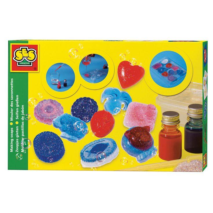 Giet met deze set je eigen zeepjes in mooie en verschillende kleuren. De set bevat een mal met verschillende vormen, zeep die smelt, rode en blauw pigment, glitterpoeder en de gebruiksaanwijzing. Afmeting: verpakking 30 x 20 x 4 cm - SES Zeepjes Gieten