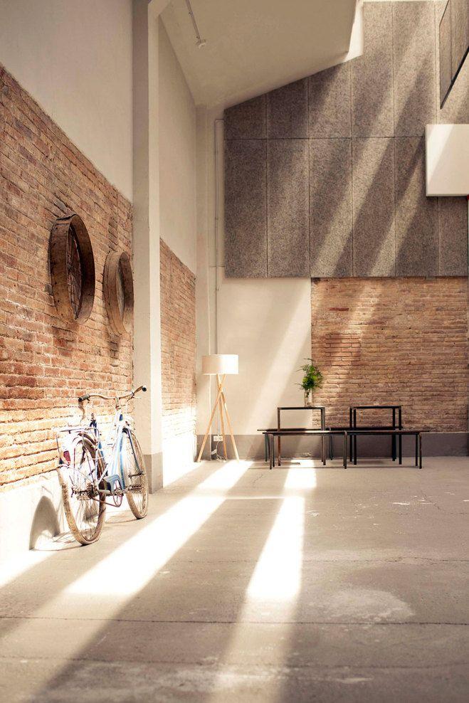 Holzpaletten Ausstellungshalle twobo arquitecura licht dachfenster