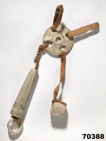 Tillbehör till kvinnobälte nålhus (nállogoahti) och fingerborg (suorbmagoahti) av renhorn köpt 1891 i Gällivare. Saami needle case, Gällivare 1891