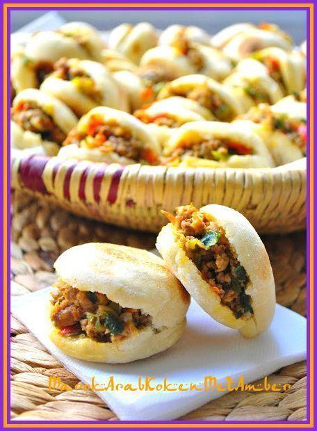 Marokkaanse gevulde minibroodjes. Dit zijn broodjes die je niet bakt in de oven, maar in een anti-aanbakpan. Als ze gebakken zijn dan vul je ze met een lekkere groenten-gehaktvulling.