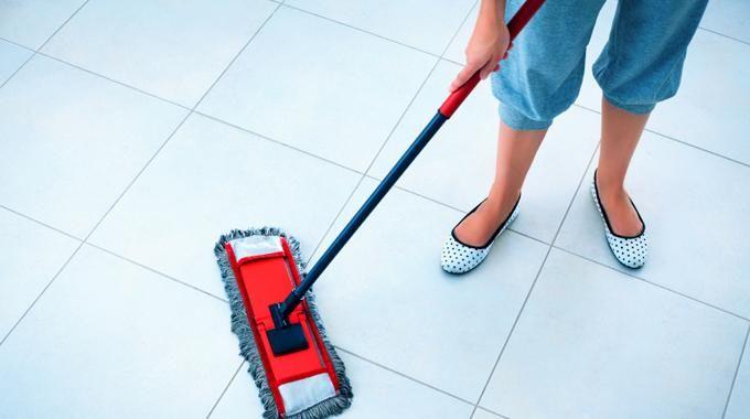 Un bon nettoyant pour carrelage, c'est cher. Et, souvent, ça laisse un film gras sur le sol... pas très joli. Faire votre nettoyant spécial carrelage vous-même, vous y avez pensé ? Voici la recet