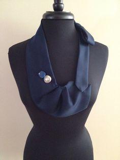 Collier cravate bleue senclenche sur et en dehors pour lusage facile. Une excellente façon dhabiller une sortie simple ajustement. Plaisir à porter.