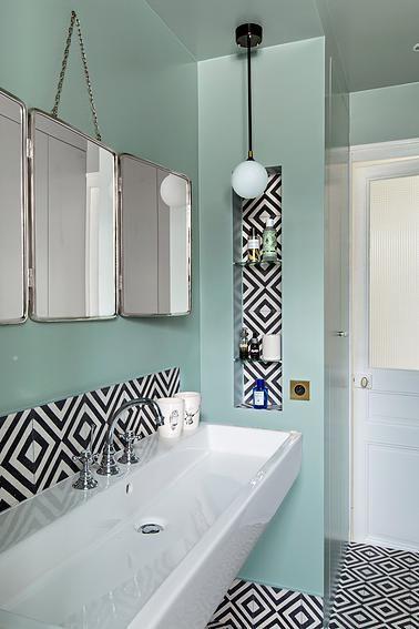 Hauvette & Madani | Peterhof Salle de bain mint, miroirs de barbier, carrelage à motifs rétro noir et blanc, vasque suspendue