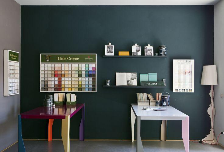 Una scrivania in toni pastello e una multicolor insieme a un muro dal colore intenso.  http://www.bludiprussia.com https://www.facebook.com/BludiPrussiaPitture   #colori #contrasto #scrivania #multicolor