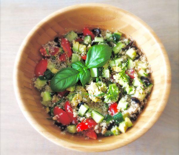 Wil je tijdens de lunch wel eens iets anders dan een pastasalade of broodje kaas? Probeer deze Snelle Quinoasalade!