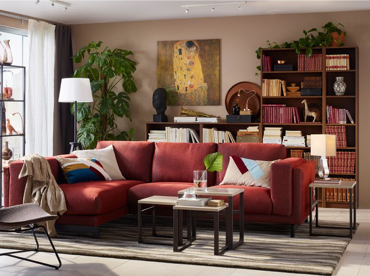 salon de taille moyenne meubl d 39 un canap couleur rouille 3 places trois tables gigognes et un. Black Bedroom Furniture Sets. Home Design Ideas