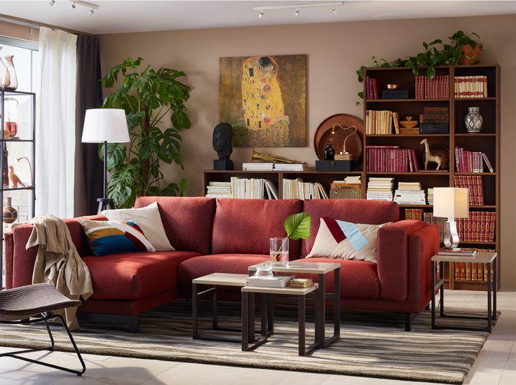 Soggiorno con divano a tre posti color ruggine, set di tavolini e poltrona marrone scuro realizzata con fibre naturali - IKEA