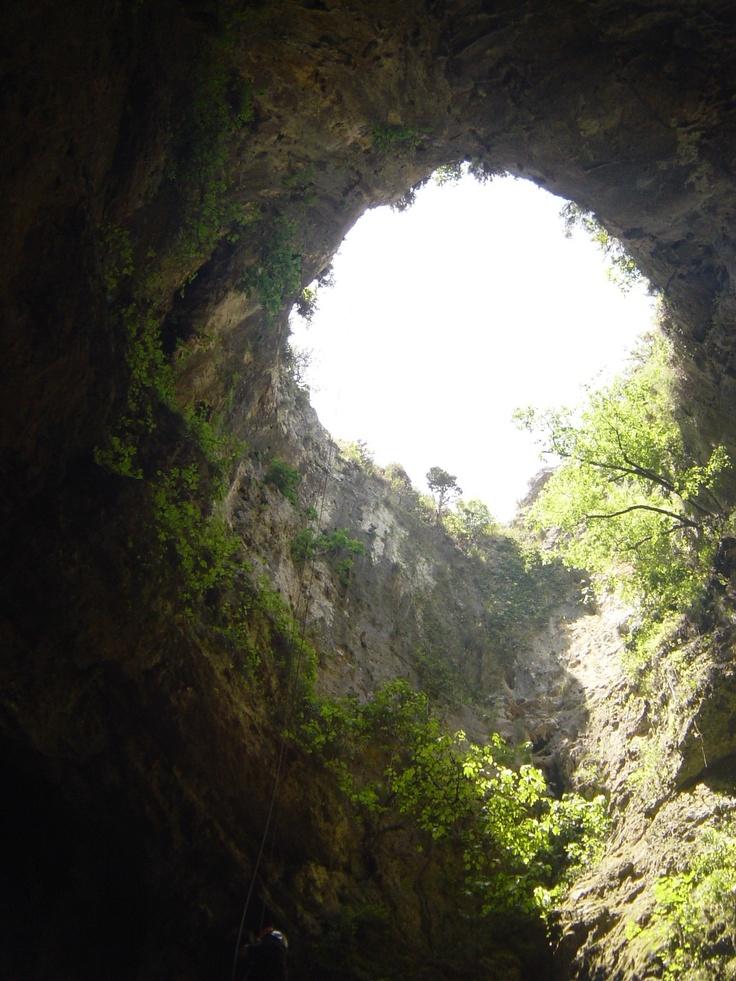 Simas formadas en la roca en forma de embudo:   - Avenc ampli, de unos 56 m de profundidad y 20 m de amplio.   - Avenc d'Enmig, de más de 120 m de profundidad.   - Avenc estret, de 137 m de profundidad.