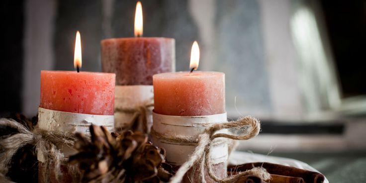 Zelf kaarsen maken, jaleuk, vooral tijdens de donkere dagen voor kerst.Maar hoe doe je dat? Die vraag ging rond op de redactie, maar niemand wist eigenlijk het antwoord... Dus gingen we op zoek en zo kwamen we via Flaironline een handige beschrijving tegen. Lees je mee? Watheb je nodig: Restjes oude kaarsen ofwel kaarsvet Een…