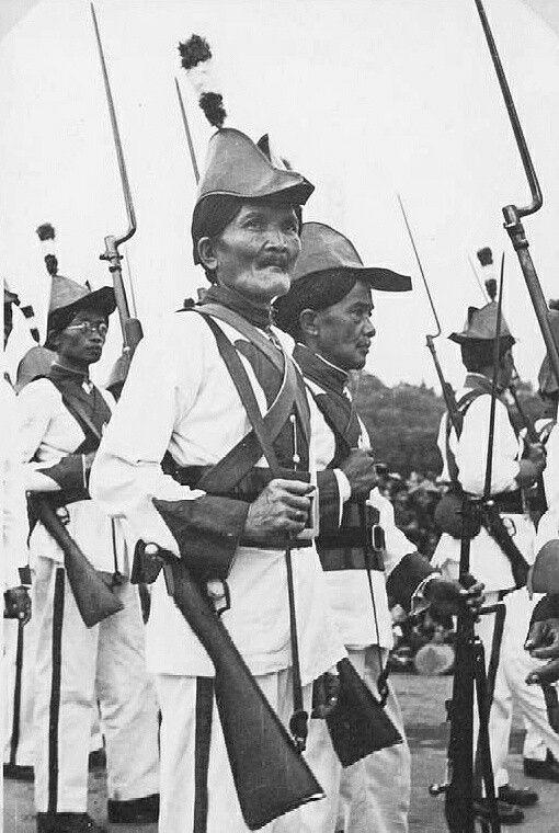 Korps Daeng, staatsietroepen van het sultanaat te Jogjakarta, op parade in de kraton. 1939
