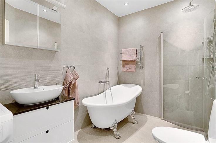 badrum med både dush och badkar