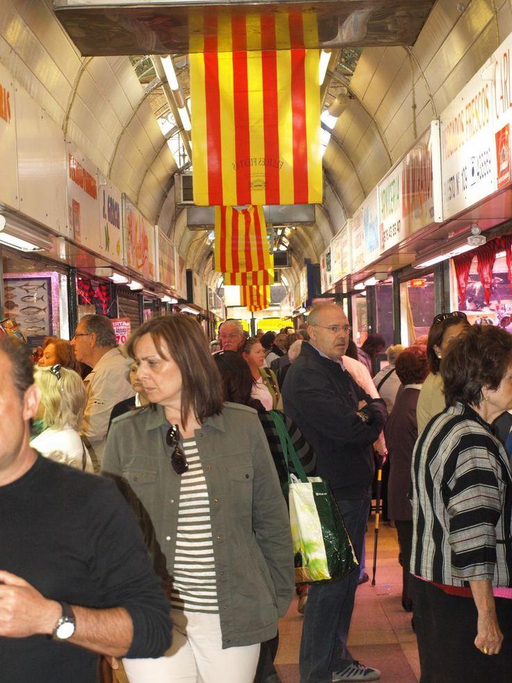 Ambiente festivo en el Mercado Central de Zaragoza