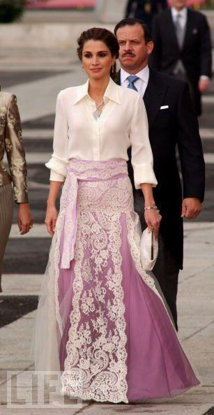 The fashionable Queen Rania of Jordan: there is something very feminine about it <3