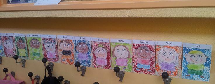 Cette année, je fais un mix de deux idées prises sur Pinterest :            Les enfants ont réalisé un fond avec de la pei...