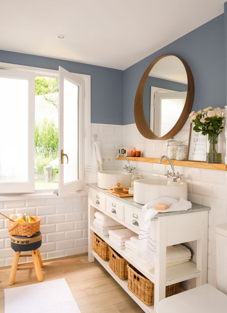 Baño con mueble de madera, alicatado hasta media altura y pintura azul. Parquet (00426636)