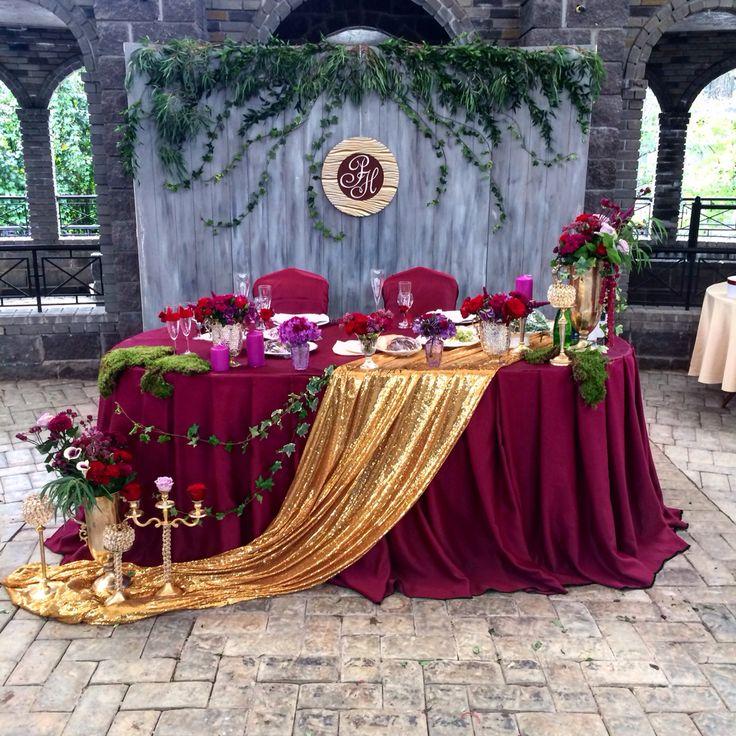 Декор стола молодожен в цвете марсала