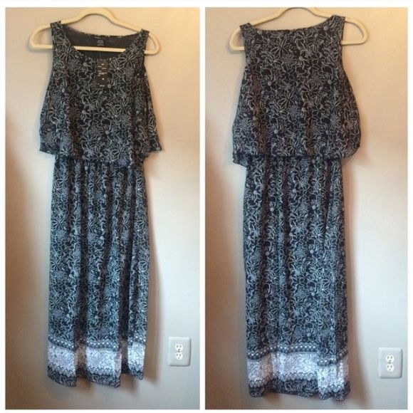 """NWT Black & White Blouson Maxi Dress ✨NWT✨ Figure-flattering blouson maxi dress in a light-weight, curve-skimming material. Size M, 40"""" bust. See pics for materials and washing instructions. Robert Louis Dresses Maxi"""
