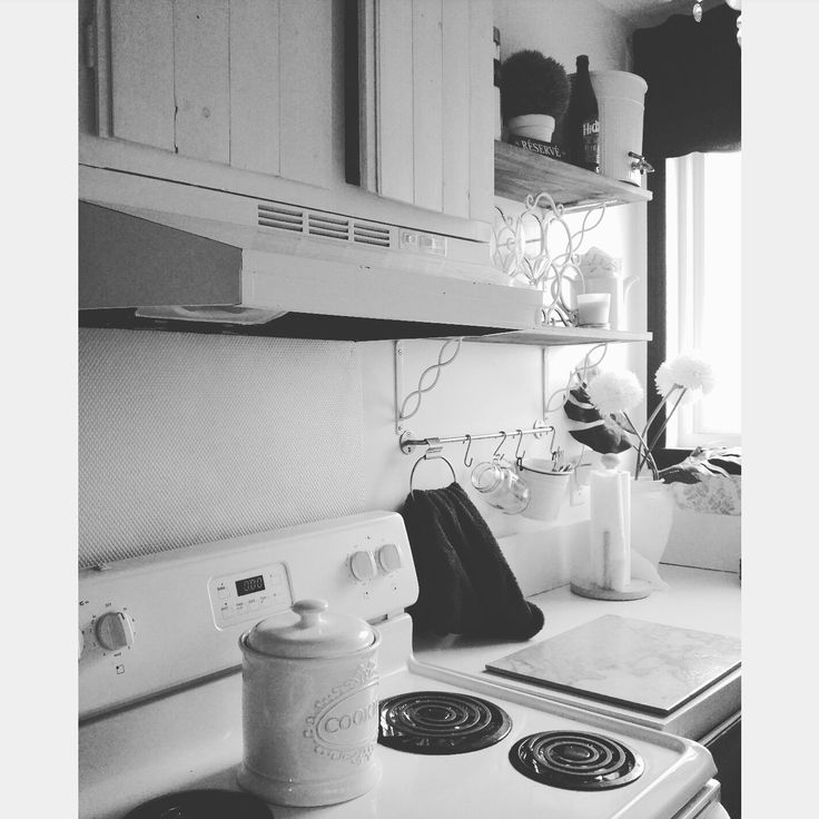 Small kitchen, shabby chic look, wood cabinet