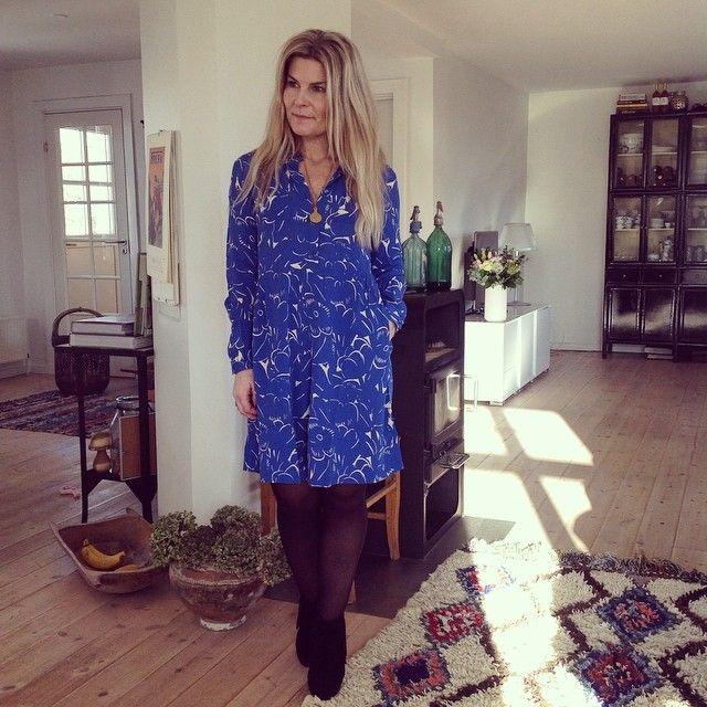 """Skøn kjole i en skøn blå farve fra @nue_notes Den fåes også i mørkeblå med et hvidt mønsterVi har døbt den """"yndlingskjolen"""" fordi vi er så vilde med denne model #nuenotes #mira #online #ogibutikken #blå #yndlingskjolen #nyeforårsvarer @butiksirup"""