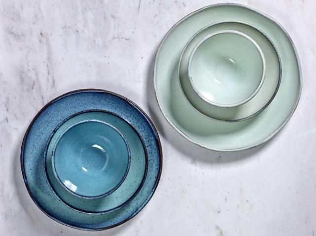 assiettes en ceramique bleues cuisine pinterest cuisine design et tables. Black Bedroom Furniture Sets. Home Design Ideas
