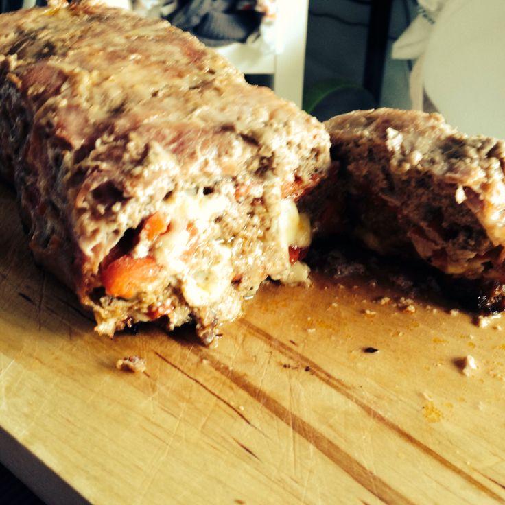 Gehaktbrood met gegrilde paprika en mozzarella.