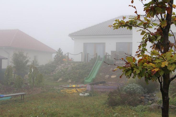 """V říjnu už začíná období mlhavého počasí... se synkem se chodíme na zahradu procházet """"do mraku"""" a nadýchat se toho zvláštně vlhkého a trochu i tlejícím listím prosyceného vzduchu."""
