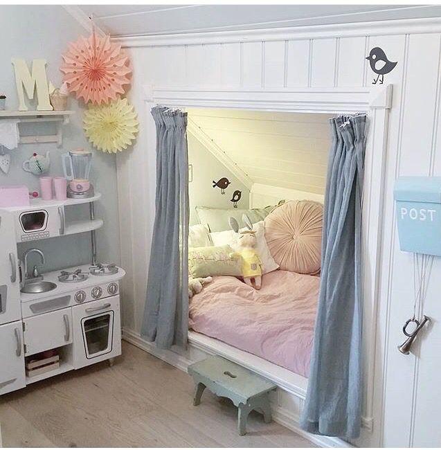 Indbygget seng i skråvæg - her omrammet av flotte lister og pynteklosser i hvert hjørne http://www.hjemogfix.no/toppklosser