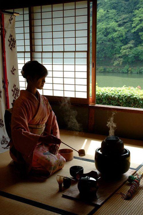 Entenda mais sobre este que é um dos eventos mais tradicionais da cultura japonesa, onde é possível fazer uma real reflexão e imersão na cultura por meio da cerimônia que vai além do simples ato de beber chá: