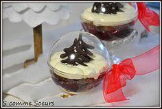 Desserts présentés dans une boule de noël