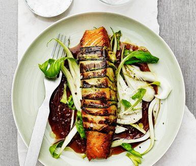 Med inspiration från Asien är här ett recept på stekt lax inlindad i zuccini. Den söta japanska sojasåsen teriyaki gör du på ett kick som passar ypperligt till krispig stekt lax. Pak choi gör teriyakisåsen sällskap innan den serveras med den zuccinistekta laxen.