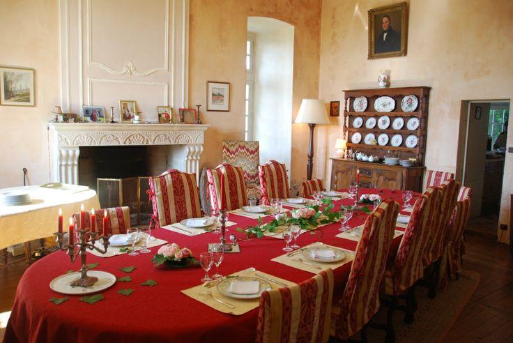 Petit déjeuner ou dîner à la Table d'hôtes du Château. Breakfast or dinner in the Chateau dining room.