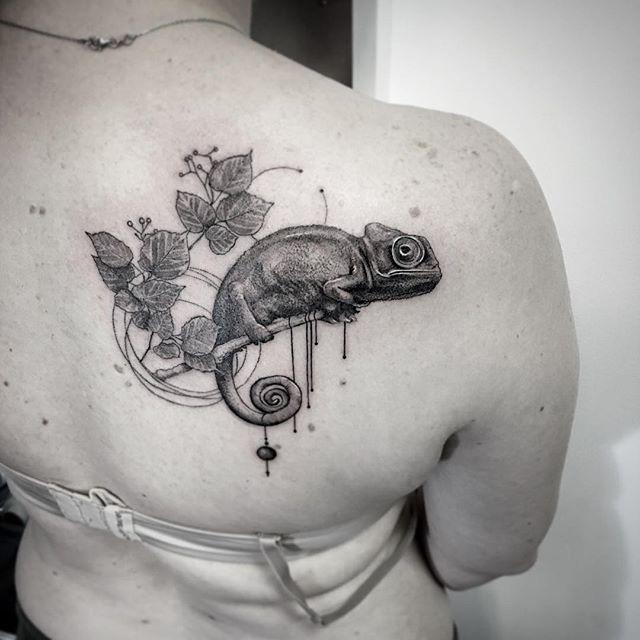 #tattoo #tattoo #tattrx #tattooed #tattootime #tattooart #equilattera #chameleon #chameleontattoo #blacktattoo #dotworktattoo #dotwork #backtattoo #geometry #geometric #geometrictattoo #circle #hungary #budapest