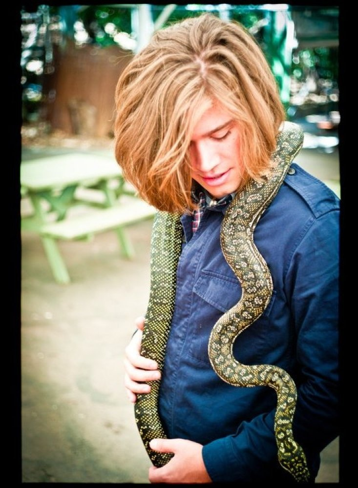 Holy shit Friday on Toast, Batman!! Is that Zac Hanson with a beautiful snake wrapped around this fantastic shoulders?! HELLZ YEA.