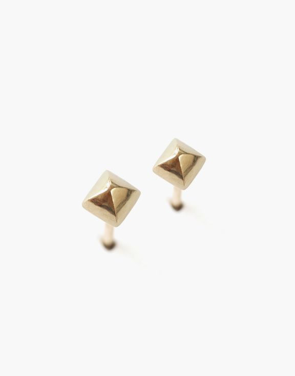 Boucles d'oreilles petites pyramides Or Atelier L.A.F 160.00 $  Ces boucles d'oreilles en or jaune 10K en forme de petites pyramides apporteront à votre look une touche classique et distinguée.  Dimensions: 3mm x 3mm  Les bijoux sont conçus et créés à Montréal, Canada.  Découvrez d'autres produits de l'Atelier L.A.F