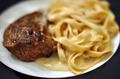 Avec la viande, une bonne sauce s'impose ! Voici la recette très simple que j'utilise pour sublimer mes plats à base de viande. Toujours avec le Thermomix !Pour approximativement 2 steaks hachés , il vous faut : 50g de roquefort 5 cl de crème fraîche épaisse 1 cc de poivre 5g de beurre Coupez en…