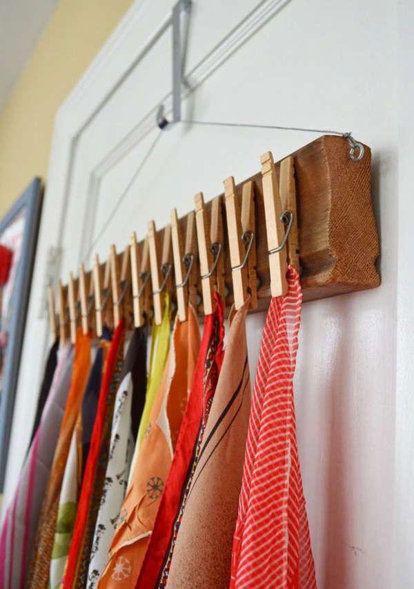 Ranger ses écharpes sur un support en bois avec des épingles à linge, quelle bonne idée!  organize scarves