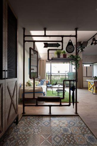 ideia para estante divisória de ambientes usando a tubulação em ferro que desce do mesanino para o térreo