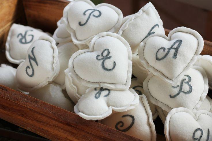 Miss Gingerale. Letras con forma de corazón. Seating plan boda. Hecho a mano.