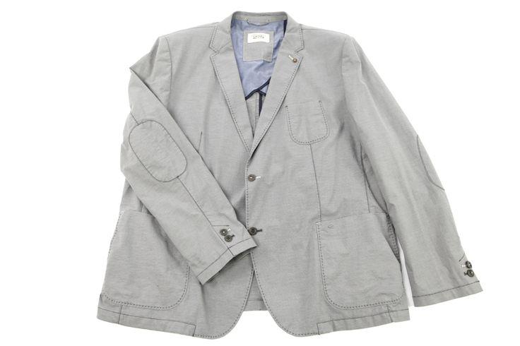Elegancka marynarka w odcieniu szarości. Idealna na wiosnę do jasnych spodni wizytowych albo jeansów. Na łokciach modne naszycia imitujące łatkę. Skład: 98% bawełna 2% elastan.