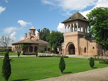 A 14 km au nord-ouest de Bucarest, le palais de Mogoșoaia a été édifié au bord d'un lac en 1702 par le gouverneur de Valachie Constantin Brâncoveanu. C'est un gigantesque édifice de style « Brâncovan ». Les façades de brique rose sont percées de fenêtres aux arcades trilobées, de loggias aux colonnes torsadées et de balustrades ajourées. Plus bas, au bord du lac, un débarcadère. Le palais de Mogoșoaia abrite un musée qui présente une collection d'œuvres d'art, ainsi que quelques objets…