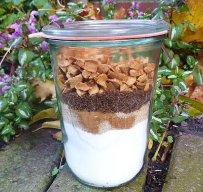 Leuk cadeau: appelmuffins in een pot  In de pot gaat:  -240 gram zelfrijzend bakmeel  -100 gram rietsuiker  -50 gram bruine basterdsuiker  -snufje zout  -1 theelepel kaneel  -1/4 theelepel nootmuskaat  -1 kop gedroogde appelstukjes    Alles past gemakkelijk in een literpot. Je kunt de pot tot de rand vullen met appelstukjes, de precieze hoeveelheid is niet zo heel belangrijk. Ook kun je er b.v. wat rozijnen tussen doen.