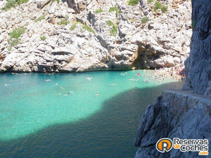En esta cala seguro que no lo pasaríamos nada mal. Torrent de Pareis, Mallorca  #Mallorca #viajes #islas #islasbaleares #turismo #vacaciones #playas #calas Recorre Mallorca con http://www.reservasdecoches.com/es/alquiler-de-coches/Aeropuerto_de_Mallorca.html