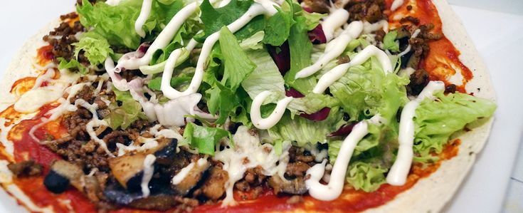 Gewoon wat een studentje 's avonds eet: Zelfgemaakte Turkse pizza van gehakt, aubergine, ui, wraps, tomatenpuree, sla en knoflooksaus