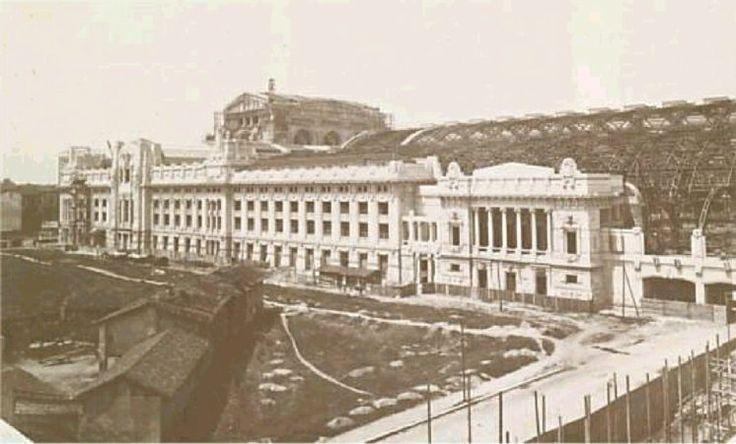 Prospetto orientale della Stazione Centrale di Milano durante i lavori di costruzione.