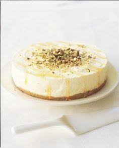 Yoghurt cheesecake with orange blossom, honey and pistache (no bake) | Delicious Magazine (recipe in Dutch)
